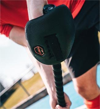 Jugador de hockey usando una de las protecciones de TK Hockey. Comprala online en nuestro shop